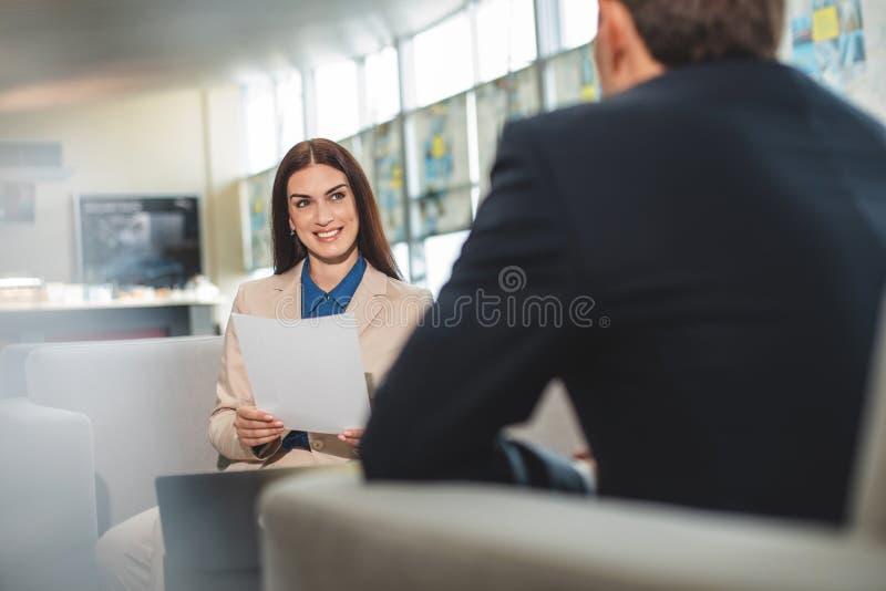 Rozochocona dama przy biznesowym spotkaniem z przeciwnikiem w kawiarni obrazy stock