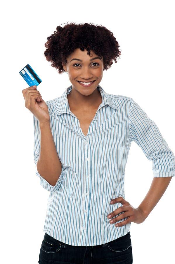 Rozochocona dama w przypadkowym trzymający up gotówkową kartę zdjęcia royalty free