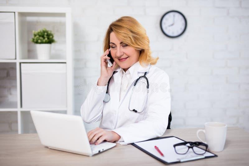 Rozochocona dojrzała kobiety lekarka, pielęgniarka lub obrazy stock