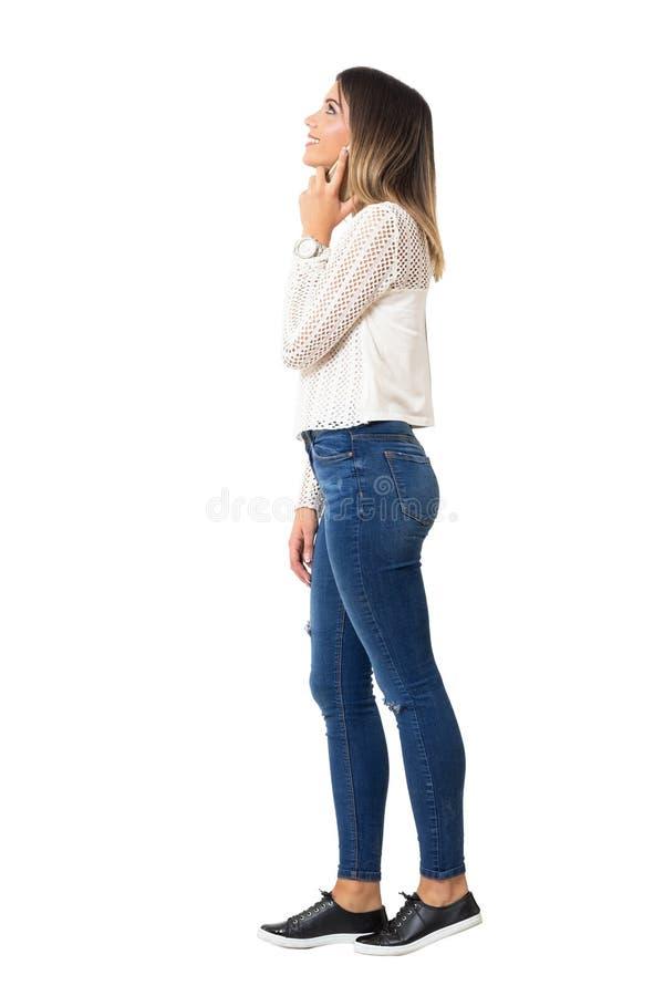 Rozochocona dosyć przypadkowa dziewczyna na telefonu uśmiechnięty i przyglądający up fotografia stock
