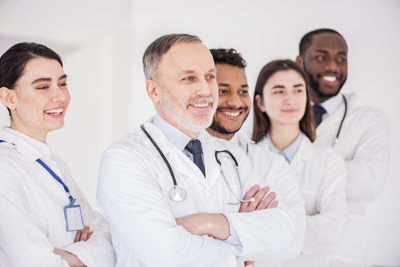 Rozochocona drużyna lekarki stoi wpólnie fotografia royalty free