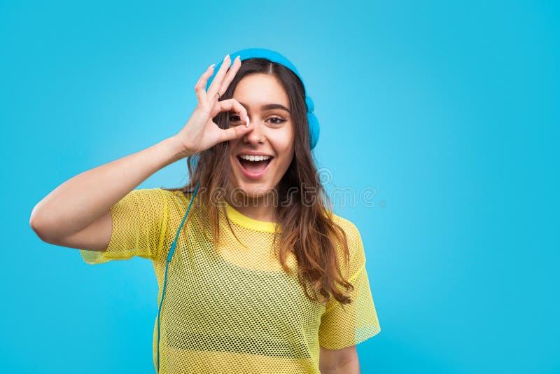 Rozochocona dziewczyna pozuje w hełmofonach obraz royalty free