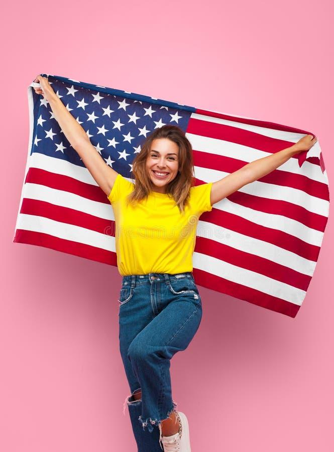 Rozochocona dziewczyna pozuje z flaga obraz royalty free