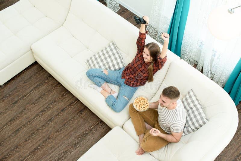 Rozochocona dziewczyna wygrywa wideo grę, chłopak excited o jej su zdjęcie stock
