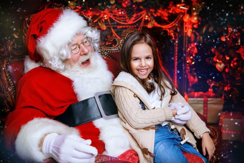 Rozochocona dziewczyna z Santa zdjęcie royalty free