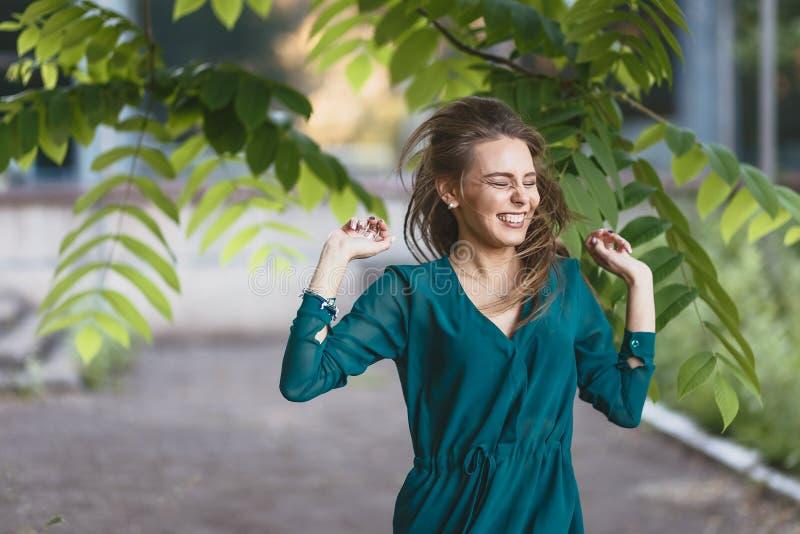 Rozochocona emocjonalna dziewczyna śmia się mocno przy spacerem zdjęcie stock