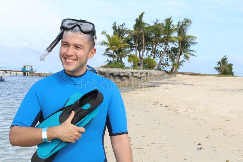 Rozochocona etniczna samiec wokoło nurkować w oceanie fotografia stock