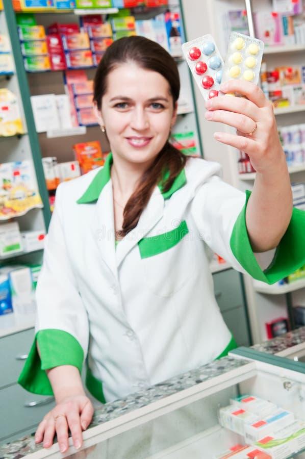 Rozochocona farmaceuty chemika kobieta zdjęcie stock