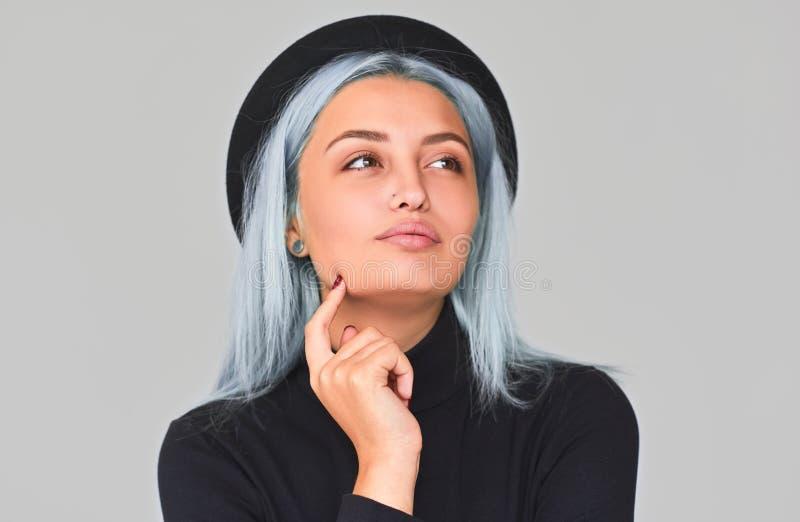 Rozochocona i powabna młoda nastolatek kobieta jest ubranym przyglądająca w górę z błękitnym włosy, ono uśmiecha się, Śliczna poz obrazy stock