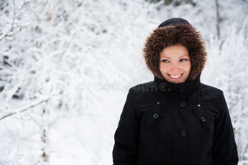 Rozochocona Kaukaska młoda kobieta w Śnieżnej pogodzie, kopii przestrzeń obrazy stock