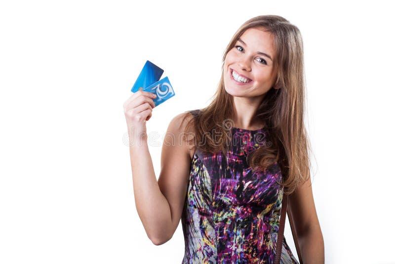 Rozochocona kobieta trzyma dwa kredytowej karty obrazy stock