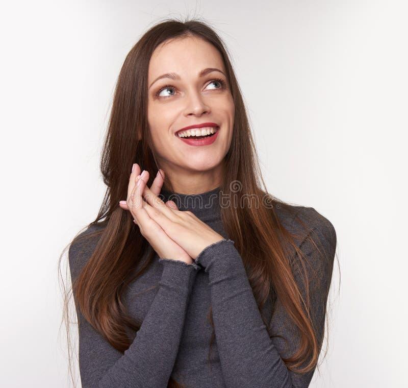 Rozochocona kobieta uśmiechnięta i przyglądająca w górę odosobniony fotografia stock