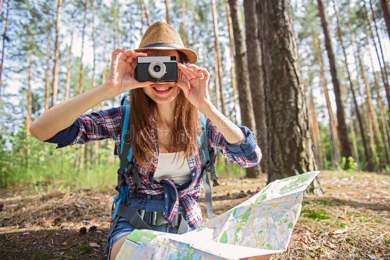 Rozochocona kobieta używa kamerę w podróży fotografia royalty free