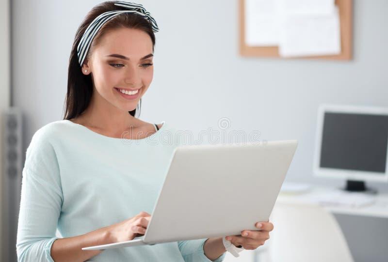 Rozochocona kobieta używa laptop fotografia stock