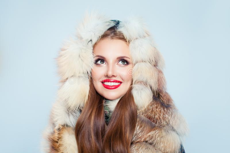 Rozochocona kobieta w futerkowym kapiszonie Zimy dziewczyny portret obraz stock
