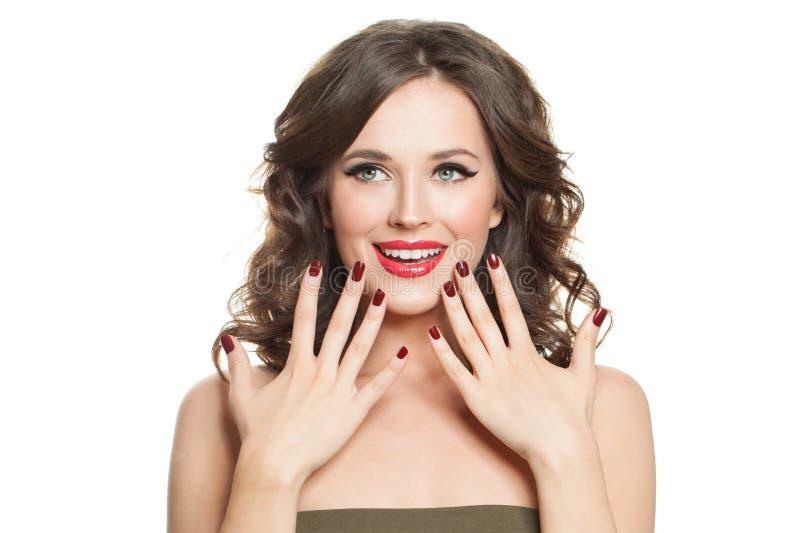 Rozochocona kobieta z makeup i czerwonym gwoździa manicure'em odizolowywającymi na białym tle zdjęcie stock