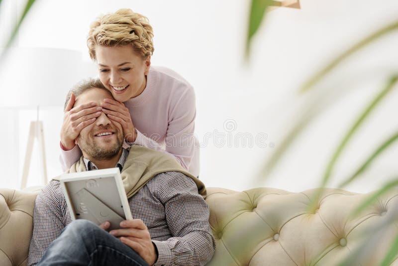 Rozochocona kochająca para ma zabawę w domu zdjęcie royalty free