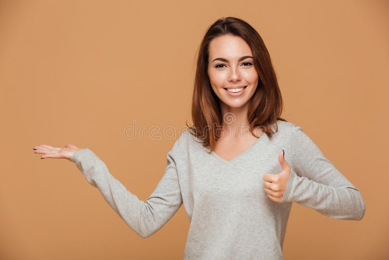 Rozochocona młoda brunetki kobiety pozycja z pustą palmą, seans zdjęcie stock