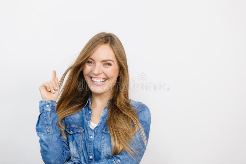 Rozochocona młoda dama jest uśmiechnięta fotografia stock