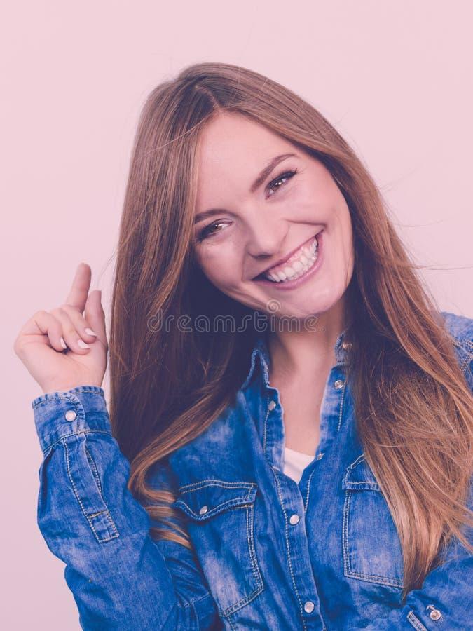 Rozochocona młoda dama jest uśmiechnięta zdjęcie stock