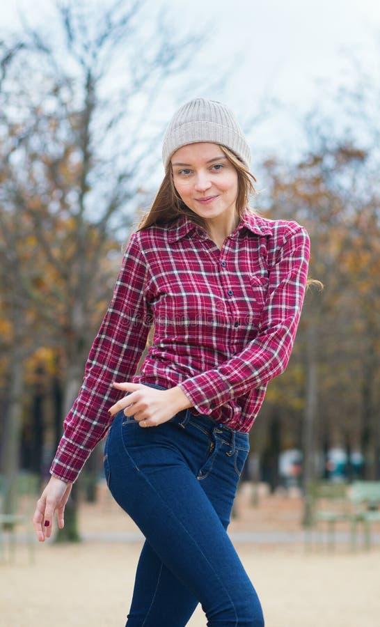 Rozochocona młoda dziewczyna w parku zdjęcia stock