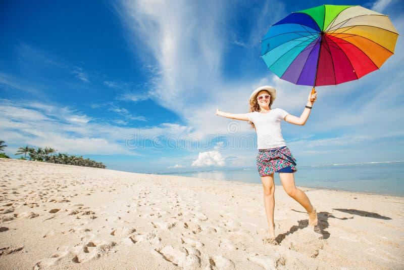 Download Rozochocona Młoda Dziewczyna Z Tęcza Parasolem Ma Obraz Stock - Obraz złożonej z model, morze: 57650741