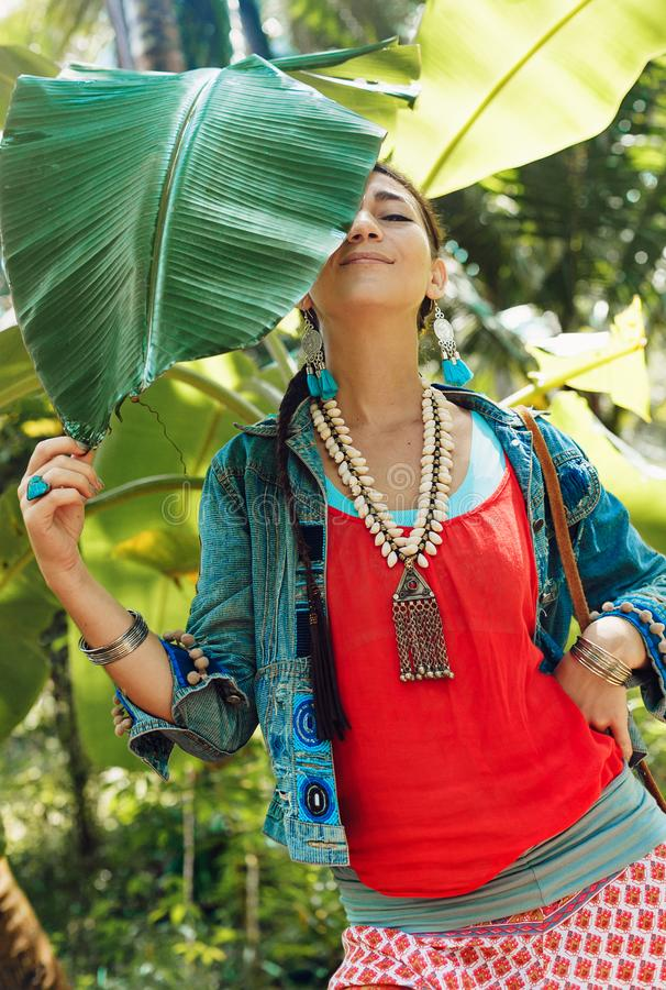 Rozochocona młoda elegancka kobieta ma zabawę outdoors zdjęcie stock