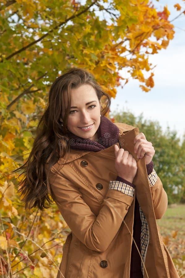 Rozochocona młoda kobieta zdjęcie stock