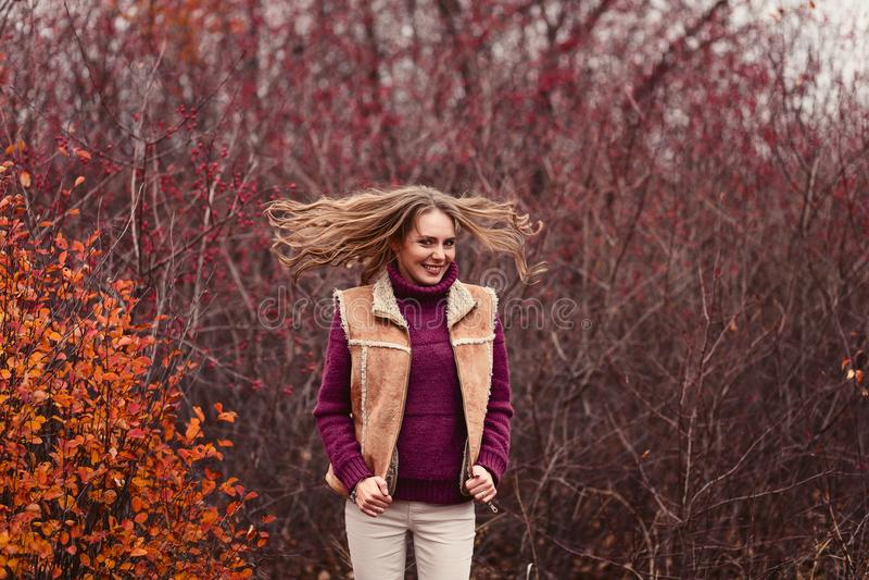 Rozochocona młoda kobieta w ciepłym pulowerze w jesieni obraz royalty free