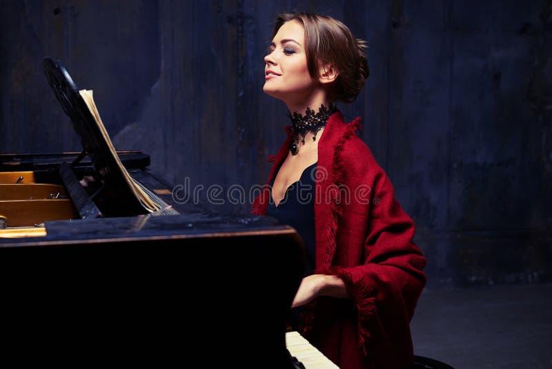 Rozochocona młoda kobieta z elegancką makijażu i włosy babeczką cieszy się pl zdjęcie stock