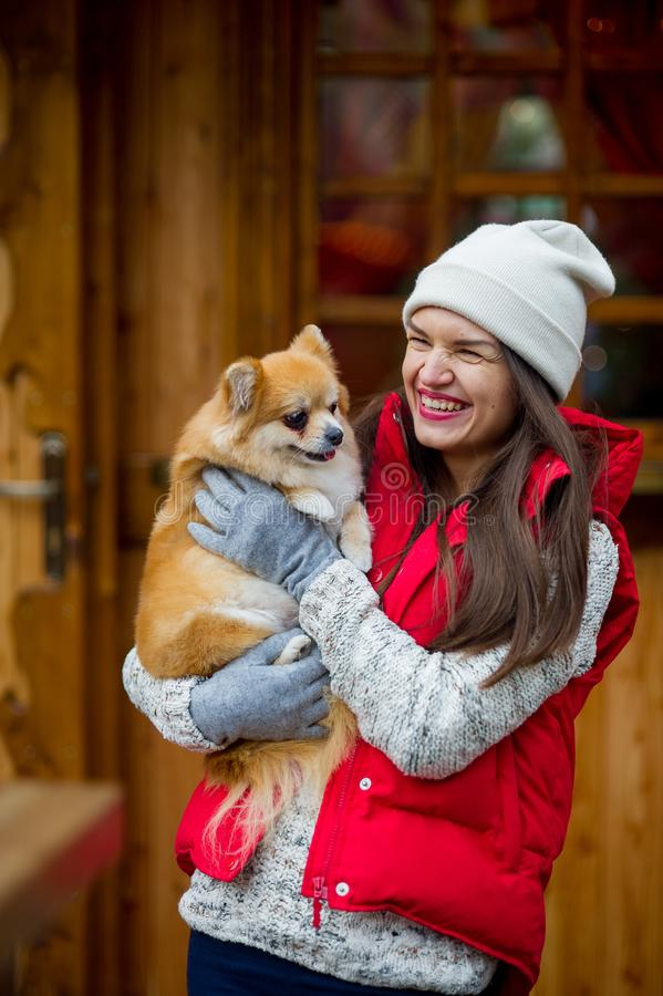 Rozochocona młoda kobieta z zwierzęciem domowym fotografia royalty free