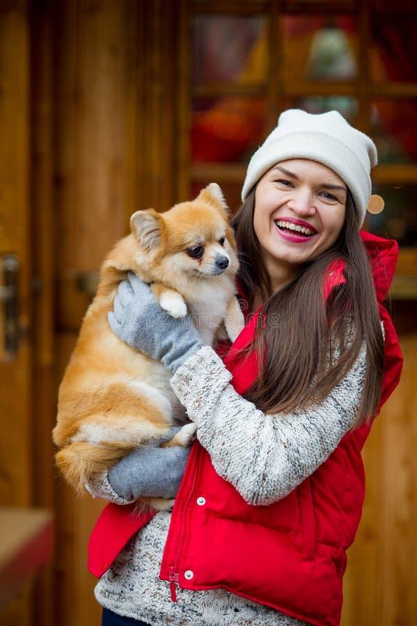 Rozochocona młoda kobieta z zwierzęciem domowym obrazy royalty free