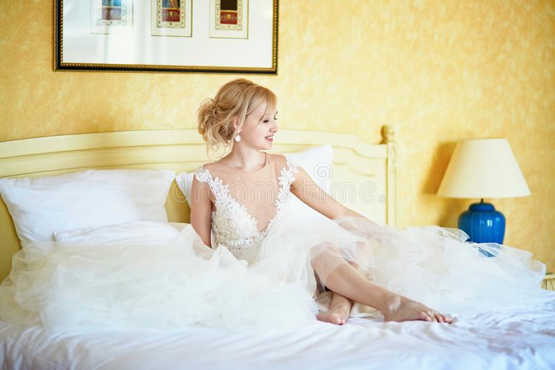 Rozochocona młoda panna młoda w ślubnej sukni w pokoju hotelowym zdjęcie royalty free