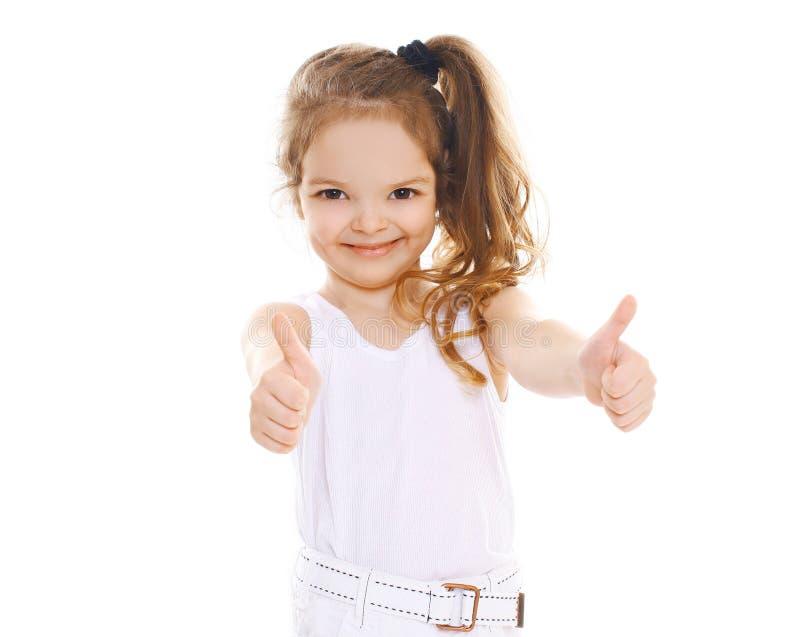 Rozochocona mała dziewczynka pokazuje aprobaty fotografia stock