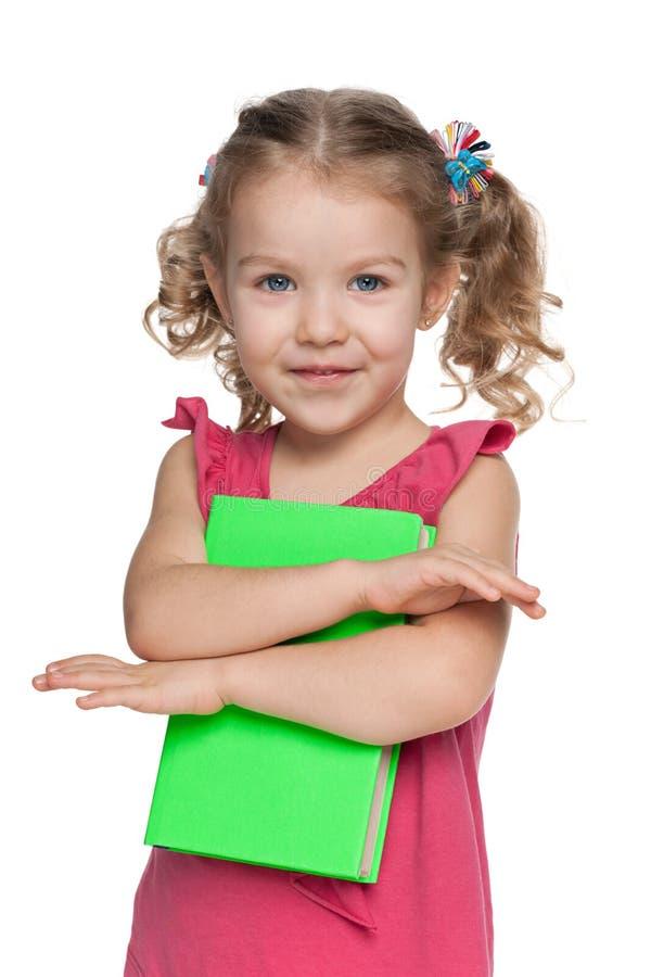 Download Rozochocona Mała Dziewczynka Z Książką Obraz Stock - Obraz złożonej z osoba, dzieci: 41951591