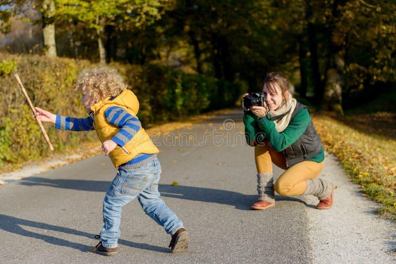 Rozochocona matka bierze obrazek jej śliczny mały zdjęcie stock