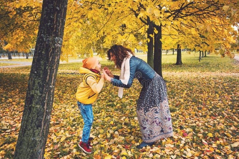Rozochocona matka z syna dziecka chłopiec bawić się zdjęcia stock
