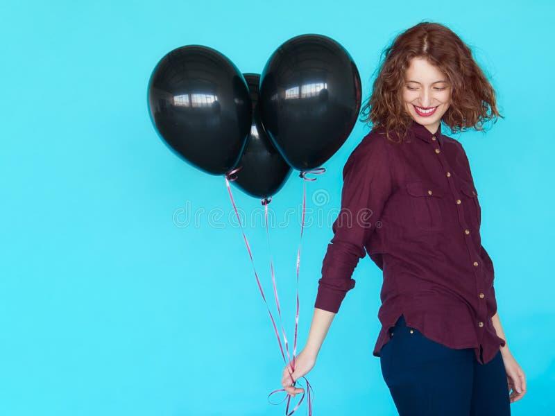 Rozochocona moda modnisia dziewczyna z balonami fotografia royalty free