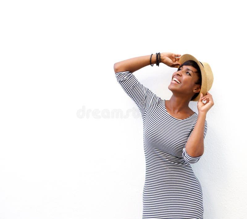 Rozochocona murzynka ono uśmiecha się z kapeluszem fotografia royalty free