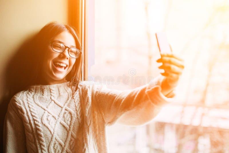 Rozochocona nastolatek dziewczyna robi selfie fotografia stock