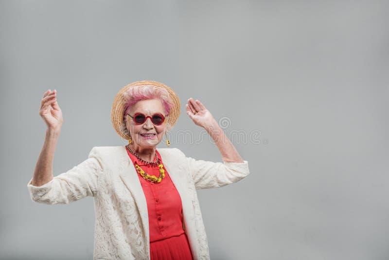 Rozochocona nowożytna w średnim wieku kobieta ma zabawa czas obraz royalty free