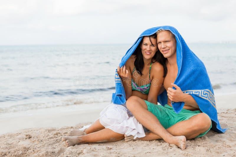 Rozochocona para z ręcznikowym nakryciem ich głowy zdjęcia royalty free