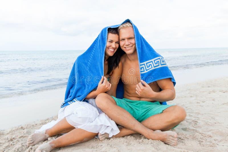 Rozochocona para z ręcznikowym nakryciem ich głowy obrazy stock