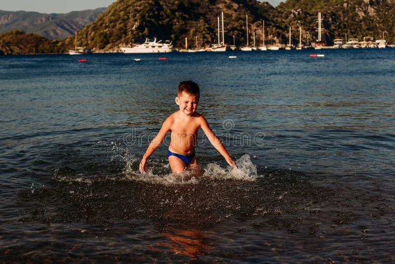Rozochocona pięcioletnia chłopiec przy morzem w Turcja zdjęcia stock