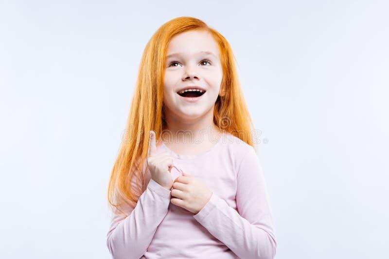 Rozochocona pozytywna dziewczyna jest w optymistycznie nastroju obrazy stock