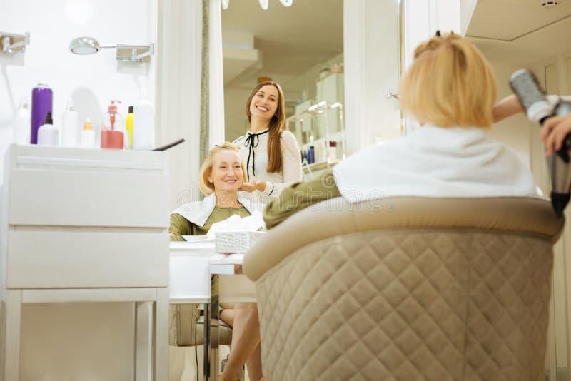 Rozochocona pozytywna kobieta cieszy się fryzurę obraz stock
