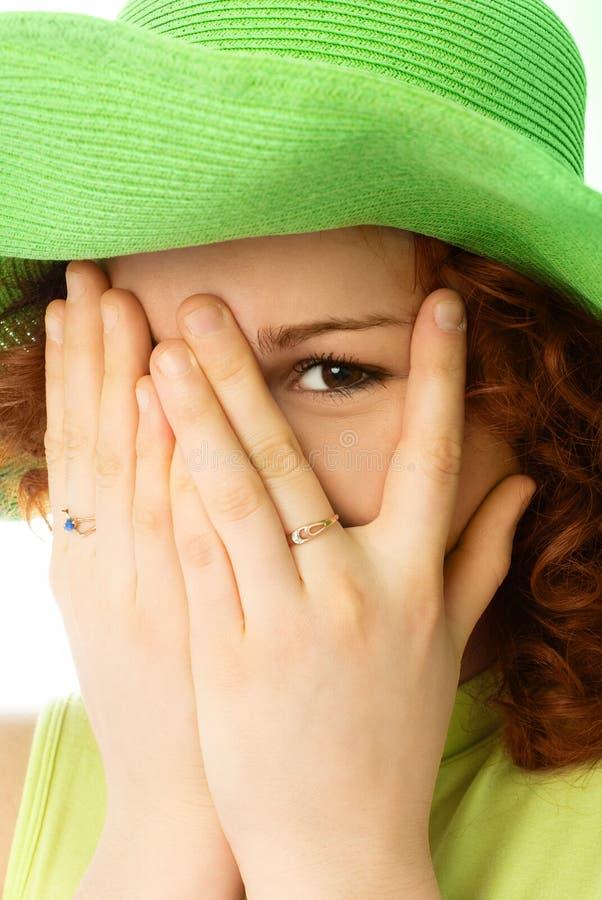 rozochocona przymknięcia twarzy dziewczyna wręcza ona fotografia royalty free