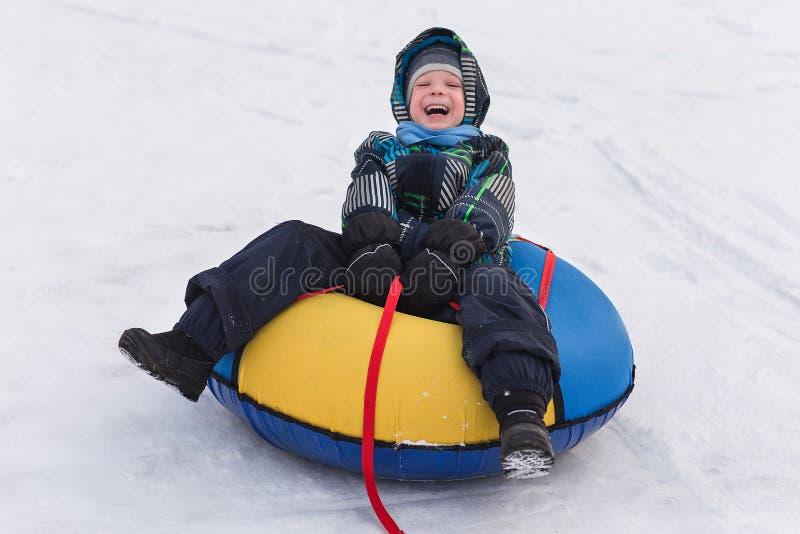 Rozochocona przystojna chłopiec jedzie kolejkę górską fotografia royalty free