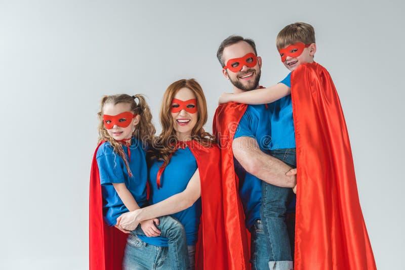 rozochocona rodzina bohaterzy ono uśmiecha się przy kamerą w maskach i peleryny zdjęcie royalty free