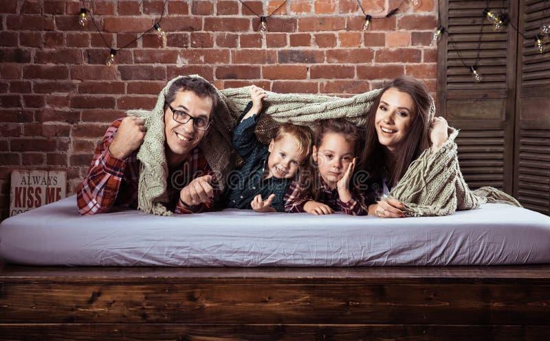 Rozochocona rodzina w eleganckim wnętrzu zdjęcie royalty free